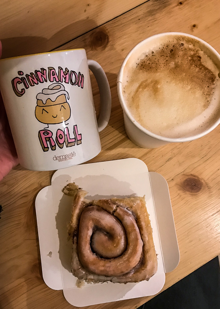where to eat in Barcelona: Cinnamon Roll Design on a mug, a bun and a coffe